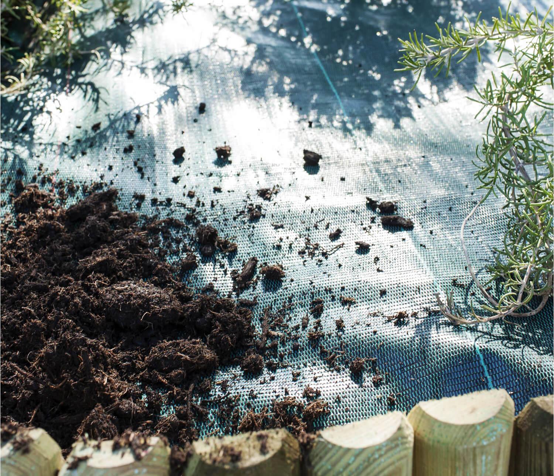 Comment poser votre toile de paillage le blog de - Comment poser geotextile jardin ...